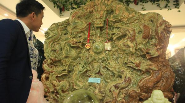 Đại gia Thái Nguyên bỏ tiền tỷ mua bức tranh ngọc tạc 9 con rồng nặng 5 tấn lớn nhất Châu Á