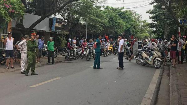 Hà Nội: Xe tải lùi cuốn xe máy vào gầm khiến 3 người thương v.ong, bà bầu sinh con tại hiện trường