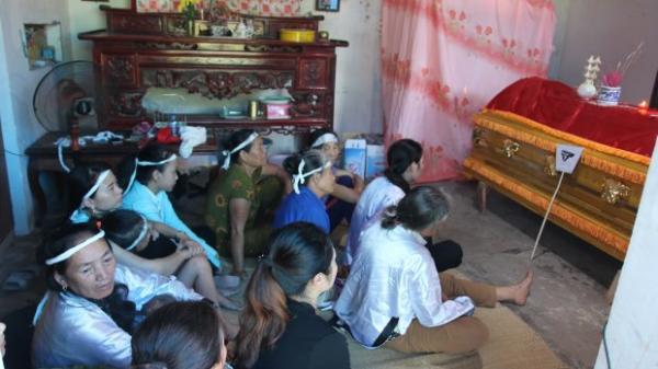 Bố mẹ già khóc ngất trong tang lễ 3 mẹ con sản phụ tử vong dưới gầm xe tải: 'Con ơi, cháu ơi về với mẹ, với bà đi'