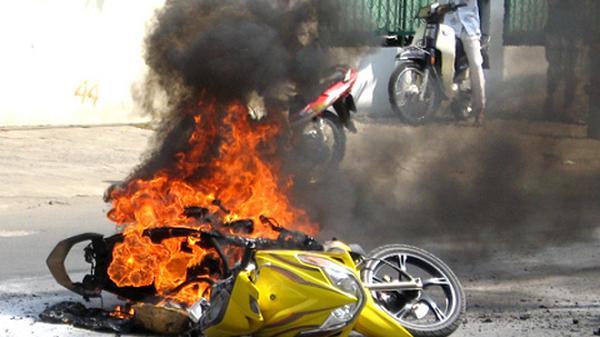 8 vật dụng TUYỆT ĐỐI KHÔNG ĐỂ trong cốp xe máy kẻo có ngày mất mạng!