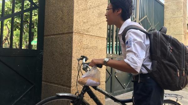 Tuyển sinh lớp 10 ở Hà Nội: Xót lòng nam sinh cầm bánh mì chưa kịp ăn, hớt hải vào phòng thi giờ chót