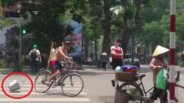Hà Nội: Ông chú cởi trần buộc xô vào xe đạp phóng vòng quanh ngã tư giữa trời nắng gắt