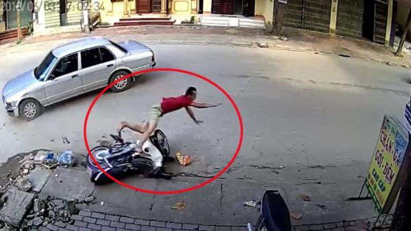 """Ô tô đột ngột sang đường tông người đi xe máy """"bay như phim"""""""