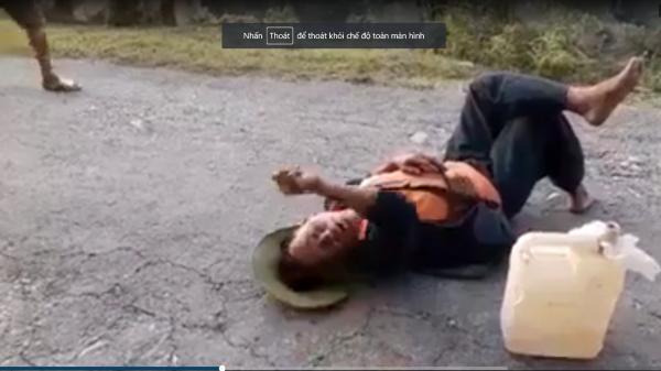 """Hà Giang: """"Chí Phèo"""" nằm ngủ giữa đường, tài xế xin cho qua thì chửi bới"""