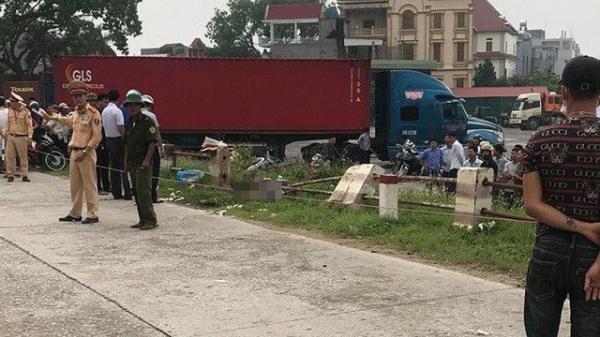 KINH HOÀNG: Phát hiện thi thể người đàn ông bị bê tông đè ở cạnh đường đê