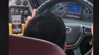 SỐC: Tài xế xe khách vừa lái xe vừa xem phim người lớn?
