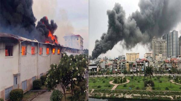 Nóng: Cháy dữ dội một nhà xưởng, khói đen bốc cao hàng trăm mét khiến nhiều người hốt hoảng