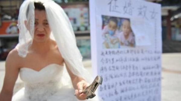 Kỳ lạ, người đàn ông tự biến mình thành 'cô dâu' và lý do khiến nhiều người rơi nước mắt
