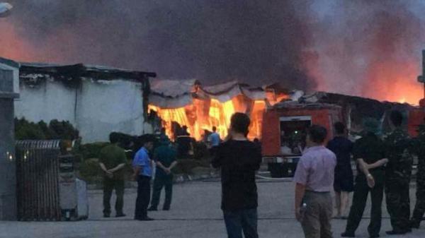 Nóng: Cháy dữ dội tại khu công nghiệp từ đêm đến sáng, ngọn lửa vẫn chưa được không chế