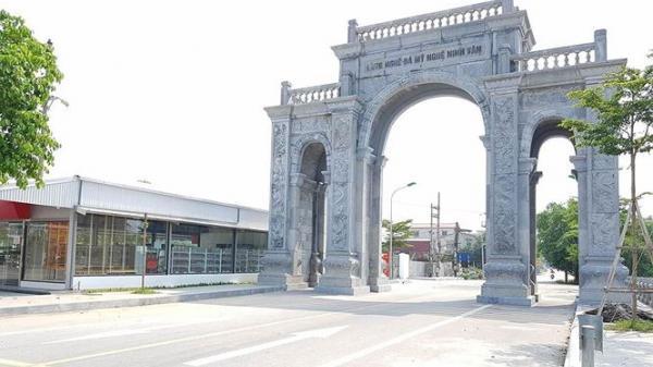"""""""Choáng ngợp"""" với cổng làng bằng đá 11 tỷ đồng giữa làng quê miền Bắc"""