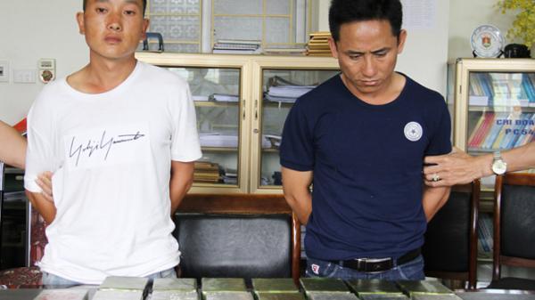 Nóng: Cảnh sát đột kích nhà nghỉ bắt 2 người mang 23 bánh heroin