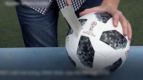 """Hai thanh niên """"rảnh rỗi"""" mổ ruột trái banh chính thức World Cup 2018, bên trong thế này bảo sao đắt"""