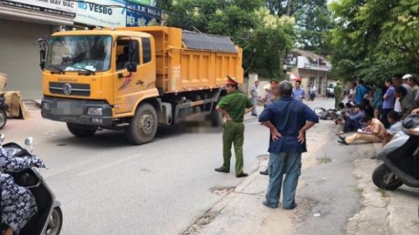 Hà Nội: Nam thanh niên bị xe tải kéo lê gần 20m cuốn vào gầm t.ử v.o.n.g thương tâm