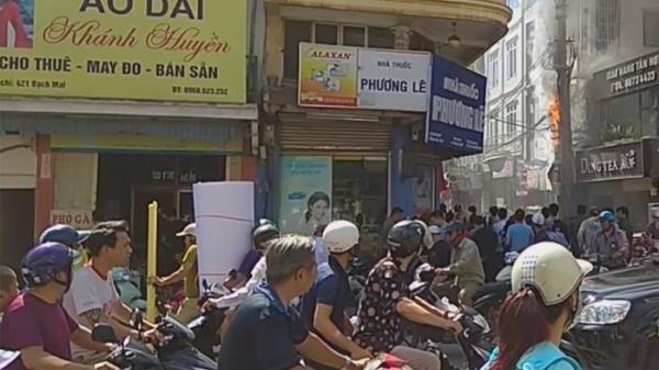 Hà Nội: Cột điện nổ tung, bốc cháy giữa trưa nắng khiến nhiều người hoảng loạn