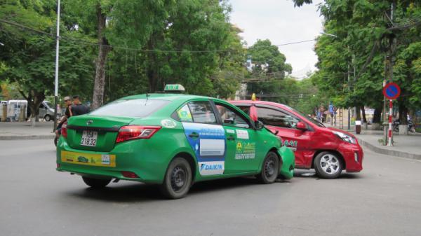 Hải Phòng: Hai xe taxi biến dạng sau cú va chạm kinh hoàng