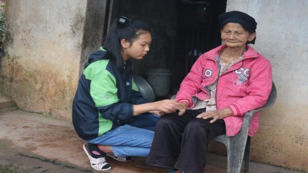 Nghẹn lòng cảnh cụ già 80 tuổi mù lòa nuôi cháu ăn học chỉ với 540.000 nghìn đồng tiền trợ cấp