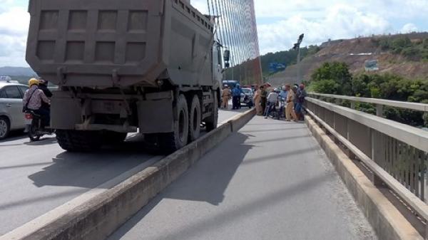 Quảng Ninh: Thanh niên 2K gặp tai nạn trên cầu Bãi Cháy do dông lớn