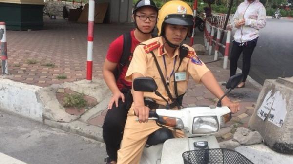 Hỏng xe, thí sinh may mắn được Cảnh sát giao thông giúp đưa đến trường kịp giờ thi