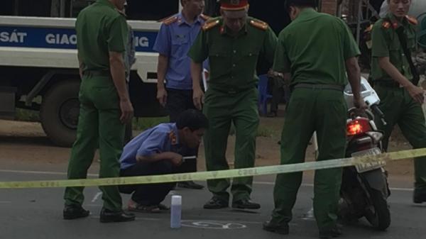 THƯƠNG TÂM: Chở con đi thi THPT quốc gia, mẹ bị xe ô tô tông nguy kịch