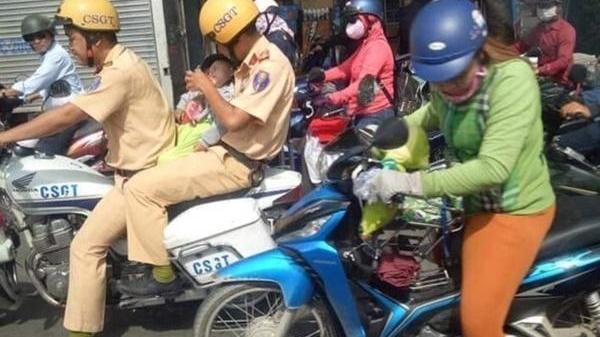 Cảm động CSGT lái mô tô mở đường, ôm bé trai lao đến bệnh viện cấp cứu, nhìn mà ấm lòng