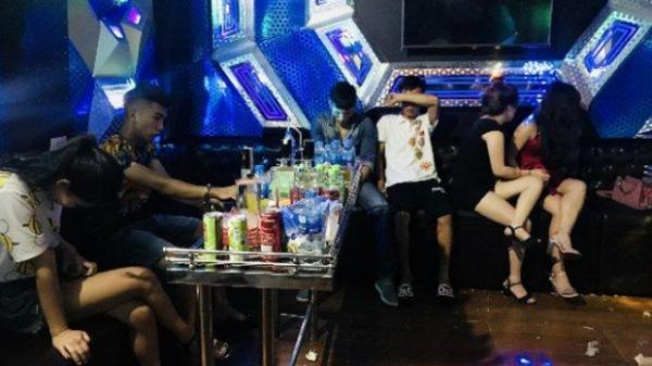 """Ập vào bắt quả tang 7 nam thanh nữ tú đang mở """"đại tiệc"""" ma túy tại phòng Karaoke"""
