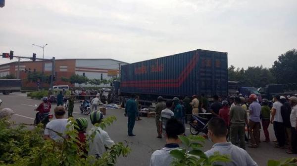 Thương tâm: Cả gia đình thương vong dưới bánh xe container