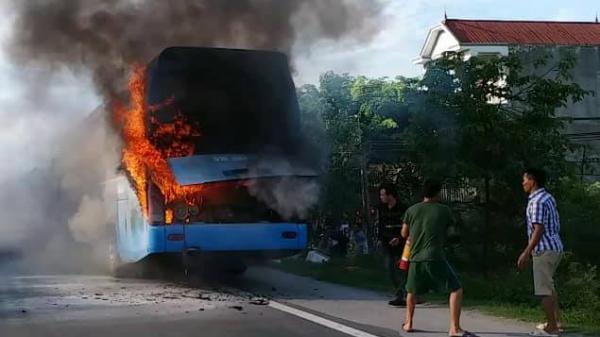 Xe khách chở 23 người đột nhiên bốc cháy dữ dội trên quốc lộ