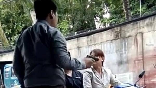 """Hà Nội: Truy bắt đối tượng chĩa thẳng súng vào ngực """"con nợ"""" bóp cò"""