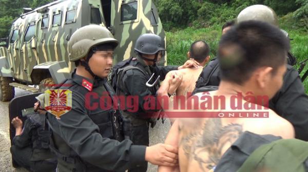 Hơn 200 cảnh sát cùng nhiều xe bọc thép vây bắt' ông trùm' buôn hơn 2.700  heroin