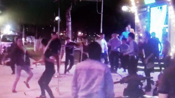 Quảng Ninh: Hàng chục thanh niên thanh toán lẫn nhau trước sảnh quán karaoke với nhiều vũ khí