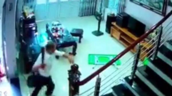 Hà Nội: Hình ảnh kinh hoàng từ camera vụ cán bộ cai nghiện chém 3 phụ nữ thương vong