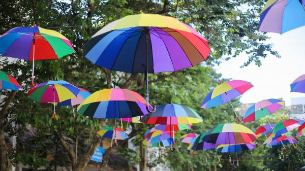 Đáng yêu như sinh viên Kiến trúc Hà Nội: Tiếp sức mùa thi bằng loạt ô bảy sắc cầu vồng để đưa đón thí sinh dưới cái nắng 40 độ