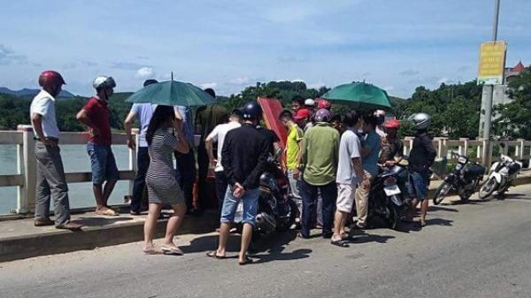 NÓNG: Nam thanh niên bất ngờ mang quan tài lên giữa cầu nằm phơi nắng