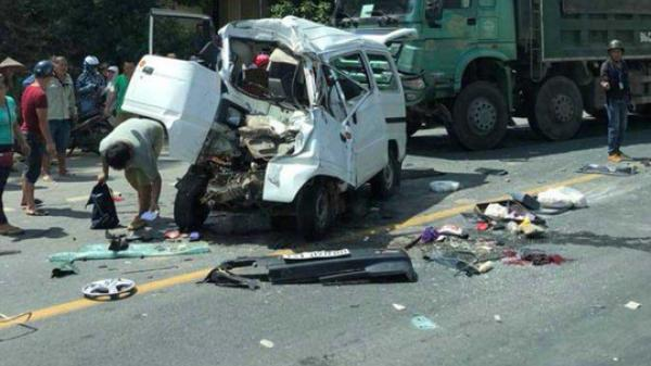 Lạng Sơn: Đấu đầu xe tải, xe tải nhỏ bẹp rúm, 5 người bị thương nặng