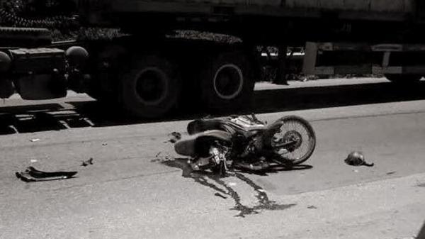 Hà Nội: Ngủ gật, nam thanh niên lái xe máy tông xe tải chết thảm