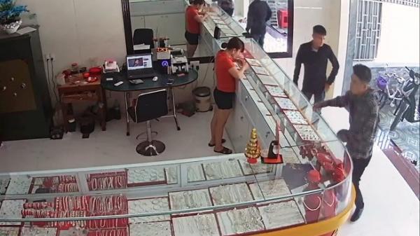 Bắt nóng 2 thanh niên Hải Phòng đóng mác nhà giàu đi lừa nhiều tiệm vàng