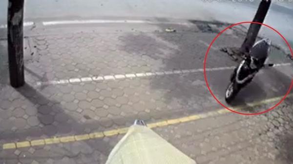 Bí ẩn: Chiếc Vision không người lái lao qua đường, phi cả lên vỉa hè để đâm đổ xe khác