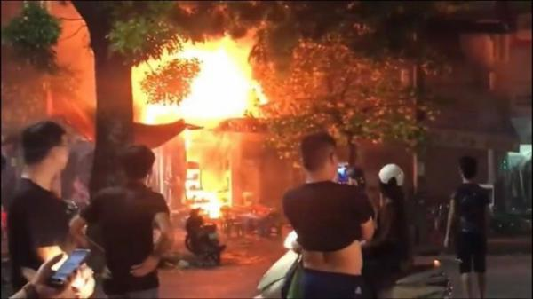 Hà Nội: Thực khách hoảng loạn khi quán bia ở Quán Sứ bốc cháy