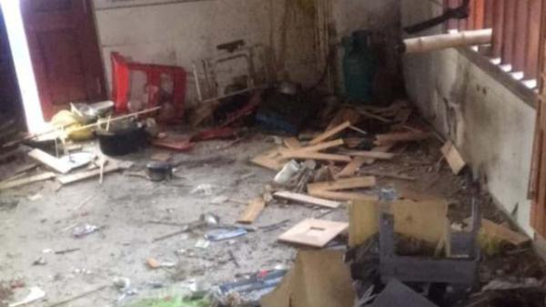 Đang xem World Cup, cả gia đình 5 người bị ném bom, căn nhà nổ tan hoang