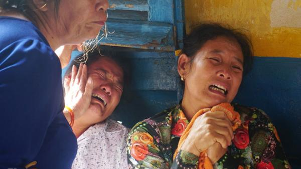 Người nhà không ngừng gào khóc khi kẻ thảm sát 5 nạn nhân xuất hiện ở tòa