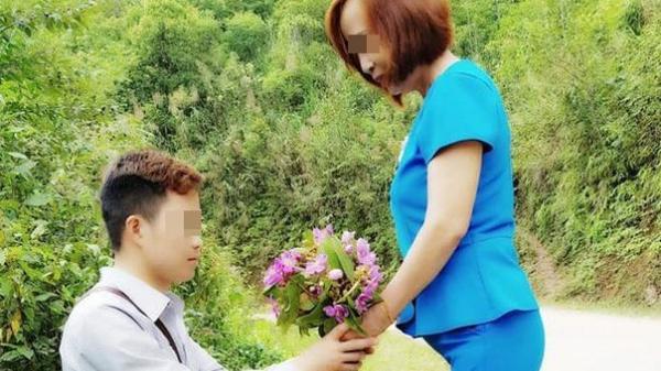 Cô dâu 61 tuổi kể về bức ảnh chú rể quỳ gối bên bó hoa mua tím