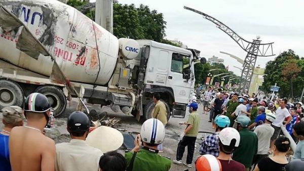 KINH HOÀNG: Xe bồn mất lái lật nghiêng đè vào đám đông đứng mua hàng, 3 người thương vong