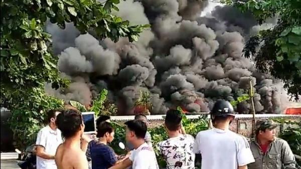 Hà Nội: Nhà xưởng bốc cháy khủng khiếp, người dân ùn ùn bỏ chạy