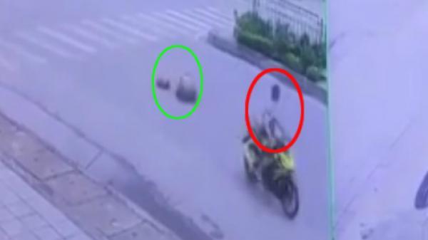 Quảng Ninh: Xe máy vượt đèn đỏ, tông cụ bà sang đường ngã ngửa
