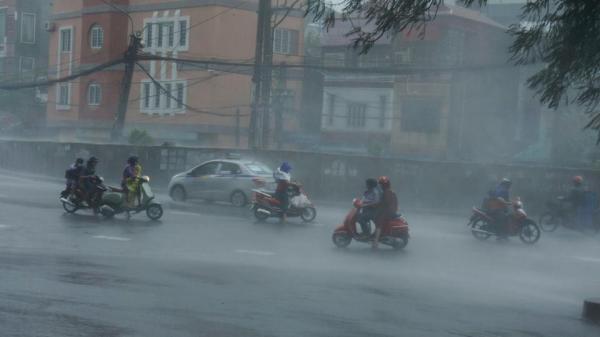 NÓNG: Xuất hiện hai áp thấp nhiệt đới trên Biển Đông, Hà Nội có mưa to đến rất to