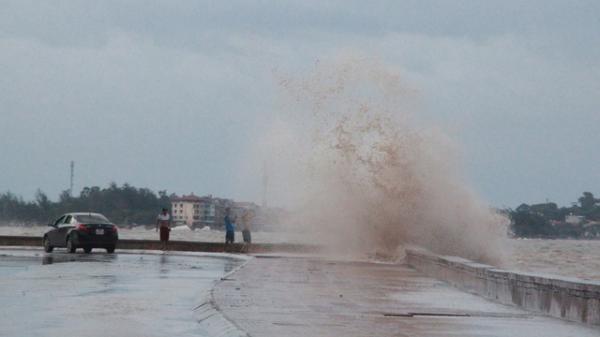 Hải Phòng: Bất chấp nguy hiểm, khách du lịch vẫn tắm biển Đồ Sơn dù bão số 3 sắp đổ bộ