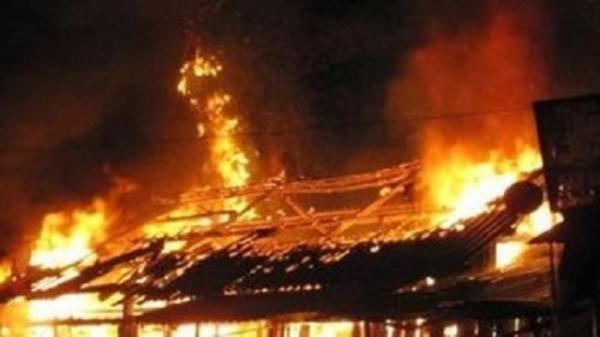 Xách hai xô xăng đến đốt nhà người người yêu, nam thanh niên chết cháy tại chỗ