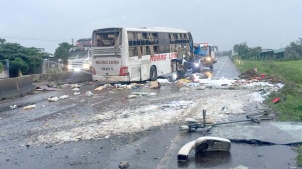 KINH HOÀNG: Lật xe giường nằm trên quốc lộ, 9 người thương vong
