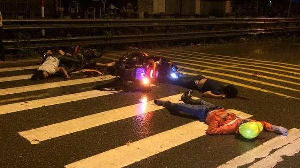 Hà Nội: Xe máy đấu đầu kinh hoàng, bốn người bất tỉnh