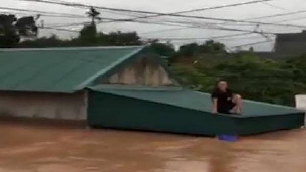 """Quảng Ninh: Người dân ĐI XUỒNG ra đường sau trận """"đại hồng thủy"""""""